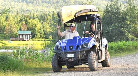 4 roues avec canot près d'un terrain